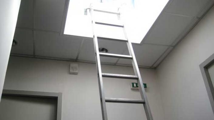 chelles et accessoires pour acc s toiture et cage d 39 escalier barre d 39 accrochage pied lat ral. Black Bedroom Furniture Sets. Home Design Ideas