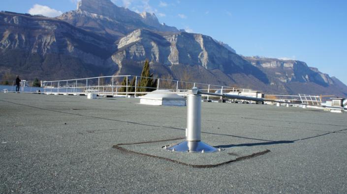 Point d'ancrage et ligne de vie en toiture, système de sécurité en toiture.